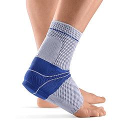Wissen: Blaue Bandage an einem Fuß