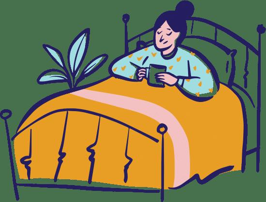 Frau liegt in einem Bett und hält eine Tasse in der Hand