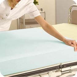 Wissen: Frau zieht Auflage über ein Bett