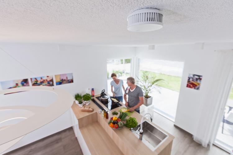 Frau und Mann in der Küche, an der Decke ein Feuermelder