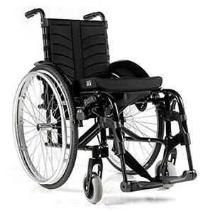 Ein schwarzer Rollstuhl auf einem weißen Hintergrund.
