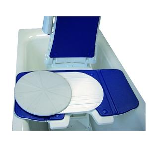 Eine blau-weiße Transferhilfe in einer Badewanne mit Wasser.