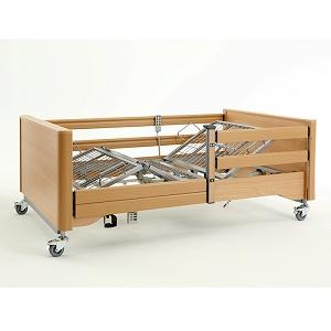 Ein Pflegebett aus Holz vor einem grauen Hintergrund