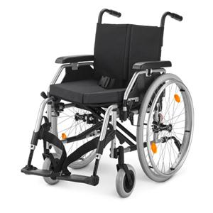 Ein schwarzer Rollstuhl vor einem weißen Hintergrund.