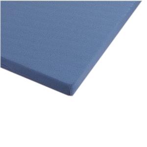 Eine blaue Pflegematratzenauflage vor einem weißen Hintergrund.