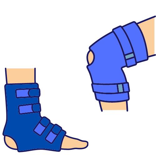 ein Fuß und ein Knie mit jeweils einer blauen Orthese