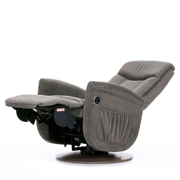 Ein grauer Sessel der nach hinten geneigt ist und auf einer runden Basis steht. Die Fußstütze ist nach vorne ausgeklappt.