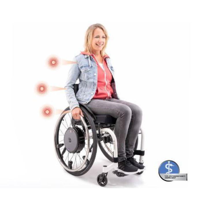 Eine Frau sitzt in einem Rollstuhl vor einem weißen Hintergrund. Neben der Frau sind einzelne Zeichnungen die die Schwachstellen des Rückens zeigen.