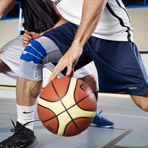 Zwei Personen spielen Basketball mit Kniebandage.