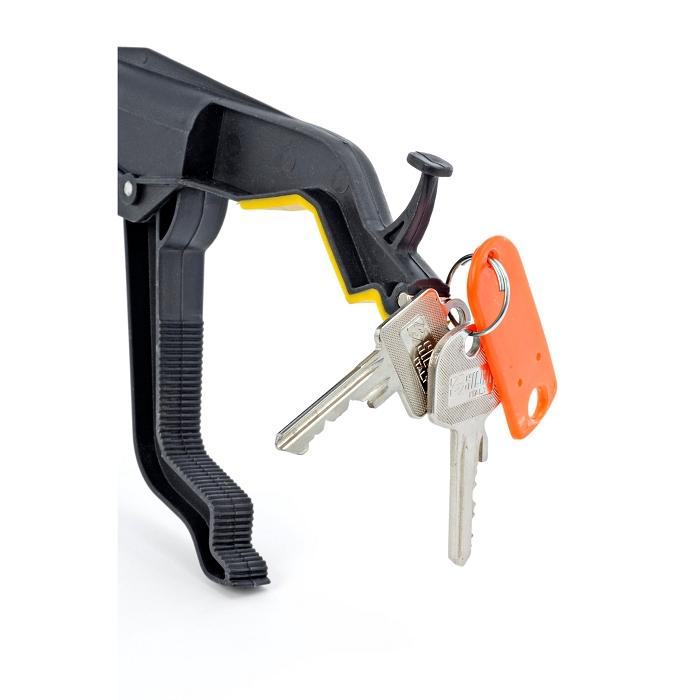 Ein Griff einer Greifhilfe an der ein Schlüssel befestigt ist.