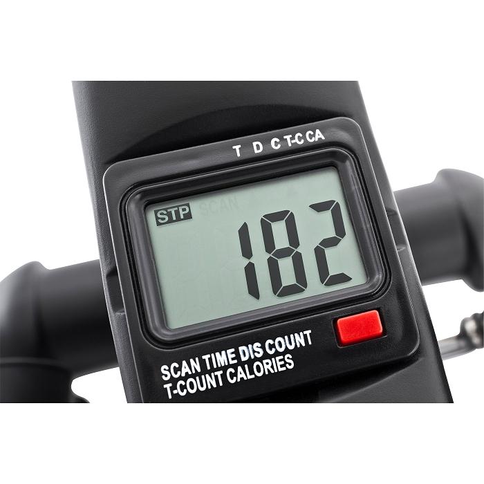 Gezeigt wird ein Display des Heimtrainers vor einem weißen Hintergrund. Auf dem Display ist die Zahl 182 zu sehen. Unterhalb der Zahl ist ein roter Knopf.