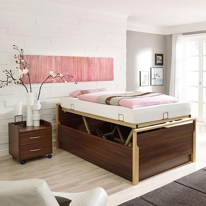 Braunes Bett mit höhenverstellbarem Einlegerahmen und erhöhter Matratze.