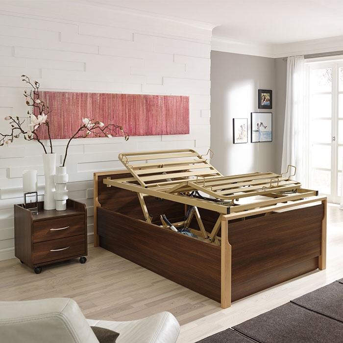 Braunes Bett mit höhenverstellbarem Einlegerahmen.
