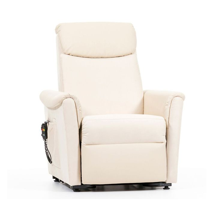 Ein weißer Sessel vor einem weißen Hintergrund. Der Sessel hat eine große Rückenlehne und Seitenpolster. Der Sessel ist viereckig.
