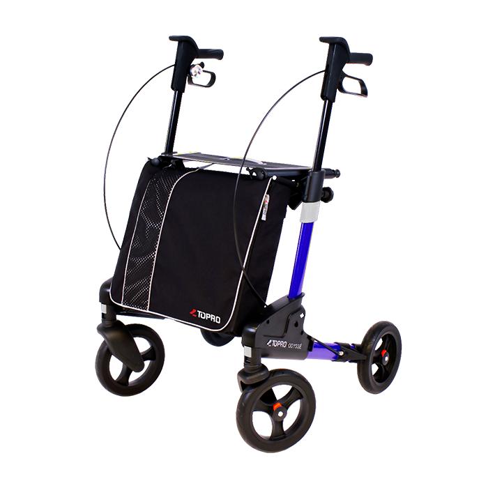 Ein blauer Rollator mit einer großen, schwarzen Tasche vorne dran. Dieser hat vier Räder und steht vor einem weißen Hintergrund.