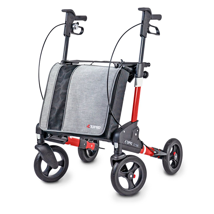 Ein roter Rollator mit einer großen, grauen Tasche. Dieser steht seitlich geneigt vor einem weißen Hintergrund.