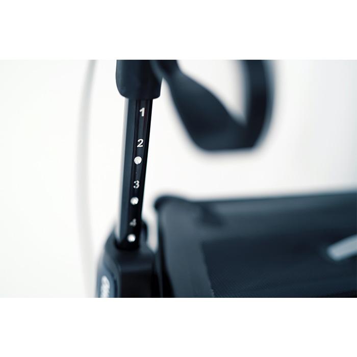Zu sehen ist ein Rollator Griff. Unterhalb des Griffes ist eine schwarze Stange mit einer weißen Skalierung drauf.