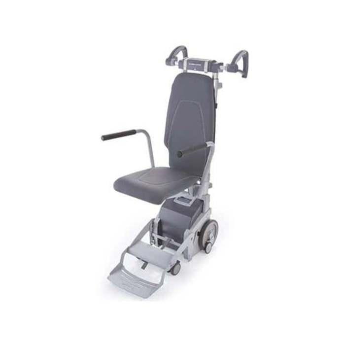 Ein Treppesteigegerät von vorne, dass leicht seitlich zur Kamera steht. Es ist grau und hat eine Sitzfläche mit zwei Griffen.