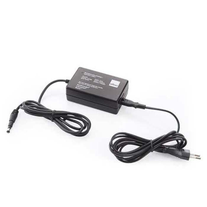 Ein Akkuladegerät vor einem weißen Hintergrund. Es hat ein großes, schwarzes Netzteoö und ein langes Kabel.