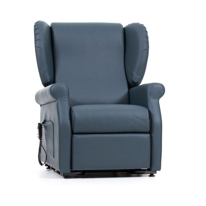 Ein blauer Sessel vor einem weißen Hintergrund. Der Sessel ist viereckig und steht auf Rollen.