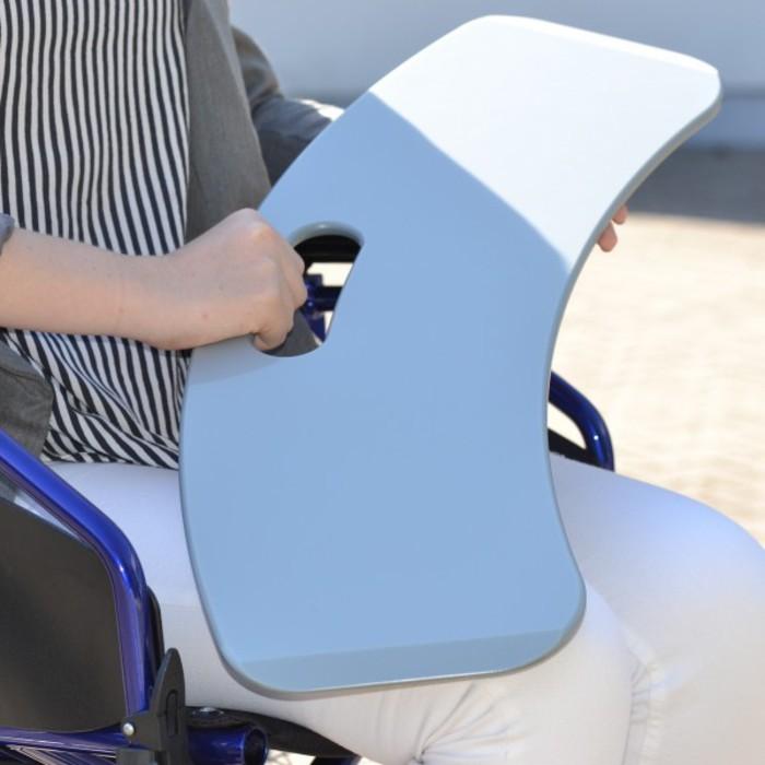 Der Silbergleiter ist in der Hand eines Rollstuhlfahrers zu sehen.