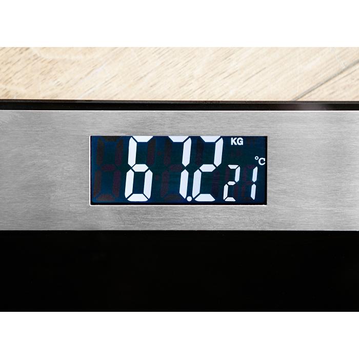 Ein eingeschaltetes Display einer Personenwaage. Auf der Waage ist die Kilogramm und Grad Celsius Anzeige zu sehen.