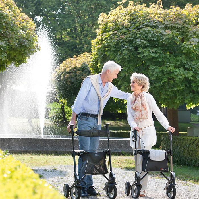 Ältere Dame und älterer Herr beim Spaziergang