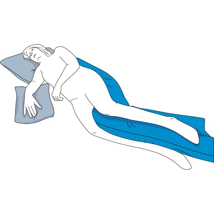 Eine stilisierte Person liegt halb auf dem Rücken auf dem blauen Seitenlagerungskissen. Sie ist nach links gerichtet und ihr Arm ruht auf einem weiteren Kissen. Das Seitenlagerungskissen stützt dabei die Knie.
