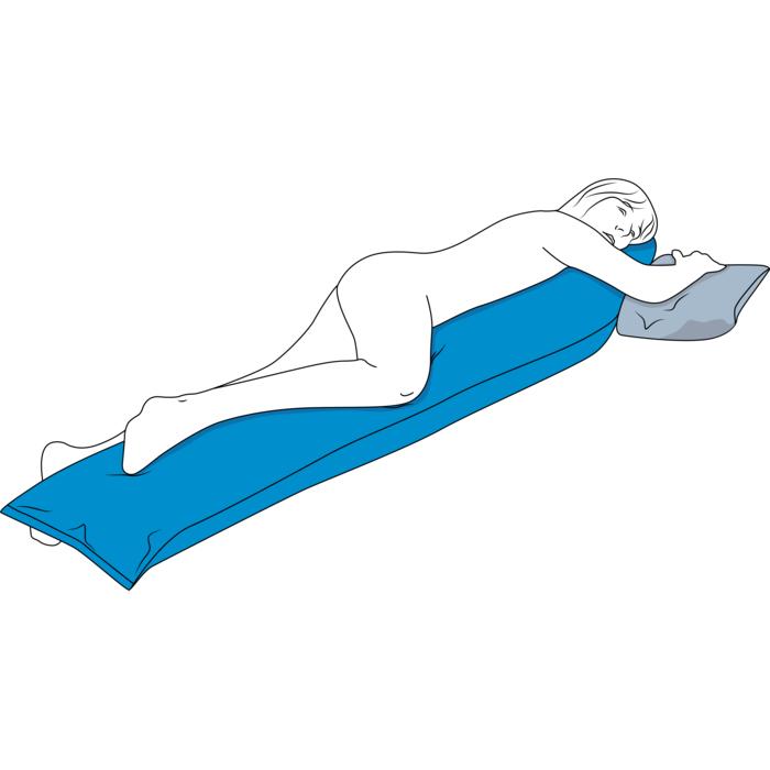 Eine stilisierte Person liegt halb auf dem Bauch auf dem blauen Seitenlagerungskissen. Ihr rechtes Bein und die rechte Hälfte vom Oberkörper liegt auf dem Kissen.