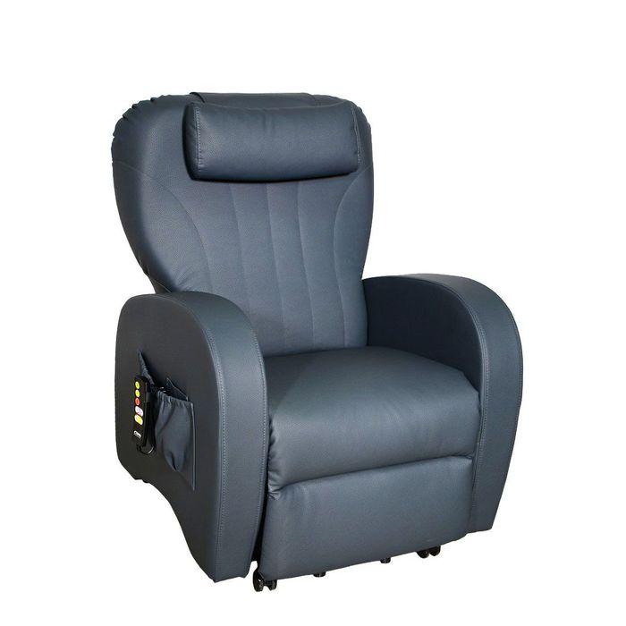 Zu sehen ist ein blauer Sessel der leicht seitlich zur Kamera steht. Er hat eine große Seitentasche, in der eine Fernbedienung angesteckt ist.