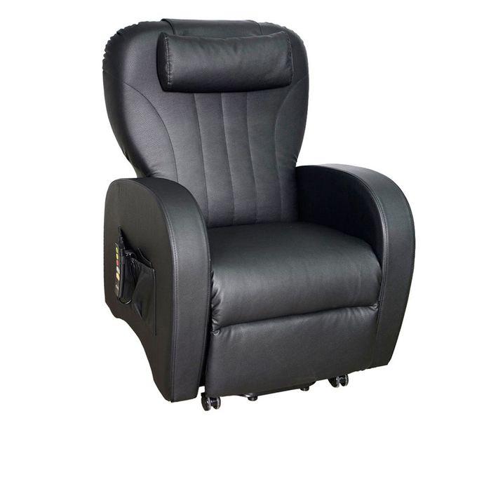 Zu sehen ist ein schwarzer Sessel der leicht seitlich zur Kamera steht. Er hat eine große Seitentasche, in der eine Fernbedienung angesteckt ist.