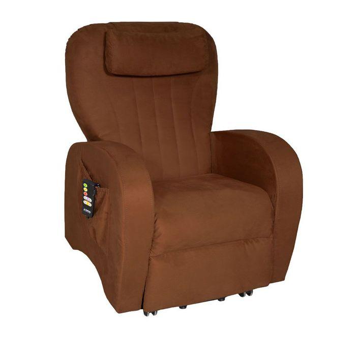 Zu sehen ist ein brauner Sessel der leicht seitlich zur Kamera steht. Er hat eine große Seitentasche, in der eine Fernbedienung angesteckt ist.