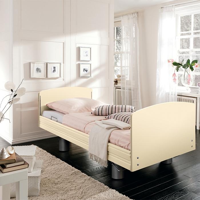 Beiges Pflegebett in hellem Raum.